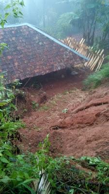 Hujan Tak Kunjung Reda, Satu Rumah Warga Tertimpa Longsor
