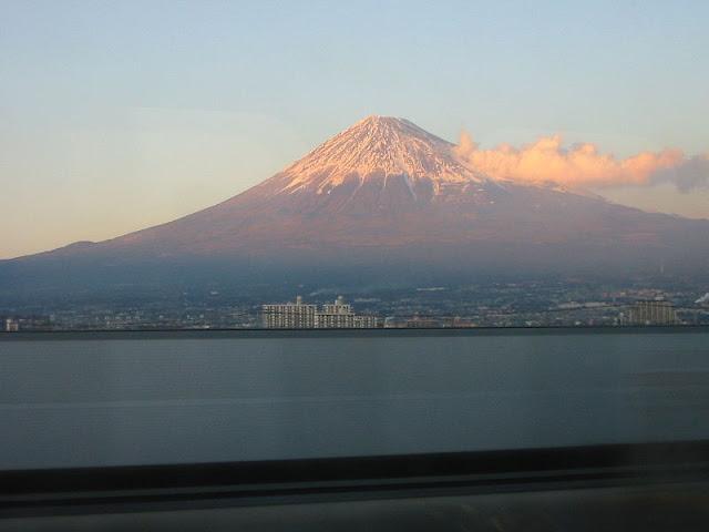 800px-Mount_fuji_bullet_train.jpg