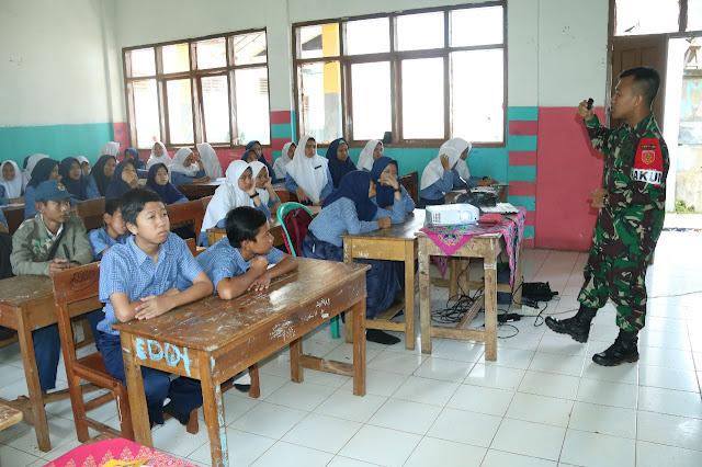 Satgas Pamtas Laksanakan Belajar Mengajar di MTS Darul Arqam Cisompet Garut