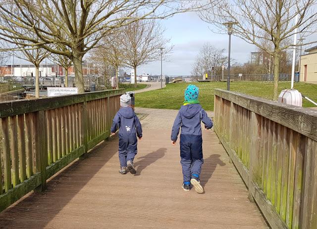 Küsten-Spaziergänge rund um Kiel, Teil 4: Entlang am Ufer der Schwentine. Anleger ermöglichen Kanufahrern und Kindern einen tollen Ausflug.