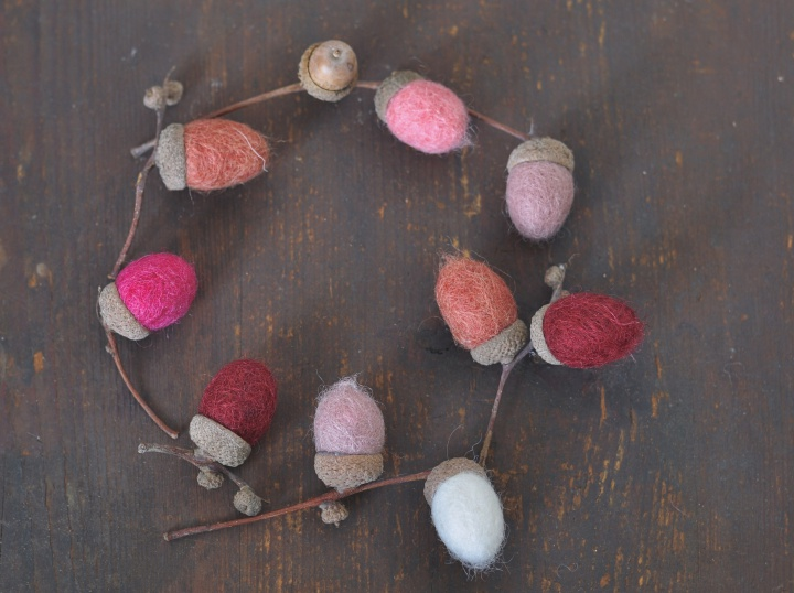 easy-peasy DIY Felt Acorns to brighten up your fall decoration