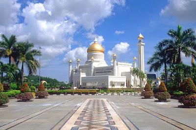 Sejarah Brunei Darussalam     Brunei atau secara resminya Negara Brunei Darussalam ialah sebuah negara kecil yang kaya dengan sumber minyak dan terletak di sebelah utara pulau Borneo (sekarang Kalimantan). Brunei dikelilingi Malaysia dengan dua bahagian Brunei dipisahkan di daratan oleh Malaysia. Nama Borneo diambil berdasarkan nama negara ini. Ini adalah disebabkan pada zaman dahulu, Brunei mempunyai pengaruh dan kuasa yang kuat di pulau Borneo.  Catatan orang Cina dan orang Arab menunjukkan bahawa kerajaan perdagangan kuno ini wujud di muara Sungai Brunei seawal abad ke-7 atau ke-8. Kerajaan awal ini pernah ditaklukkan kerajaan Sriwijaya yang berpusat di Sumatra pada awal abad kesembilan Masehi dan seterusnya menguasai Borneo utara dan gugusan kepulauan Filipina. Kerajaan ini juga pernah dijajah Kerajaan Majapahit yang berpusat di pulau Java tetapi berjaya membebaskan dirinya dan kembali sebagai sebuah negeri yang penting.  Kerajaan Brunei melalui zaman kegemilangannya dari abad ke-15 hingga abad ke-17, sewaktu ia memperluaskan kekuasaannya ke seluruh pulau Borneo dan ke Filipina di sebelah utaranya. Brunei mencapai kemuncak kekuasaannya pada zaman pemerintahan Sultannya yang kelima yaitu Sultan Bolkiah (1485 - 1524), yang terkenal disebabkan pengembaraan baginda di laut, malah pernah seketika menakluki Manila; dan pada zaman pemerintahan sultan