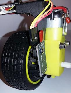 Imagen de la rueda del robot, del encoder LM393, del disco dentado y del motor