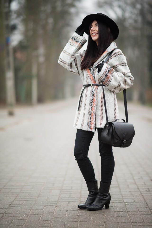 Sweter jak płaszcz wełniany płaszcz w etniczne wzory stylizacja boho z kapeluszem