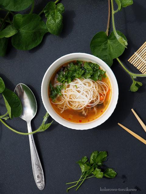 chińska-zupka-z-warzywami-i-makaronem