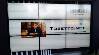 A logomarca do escritório de Jean Tosetto Arquiteto, exposta num telão do hall principal.