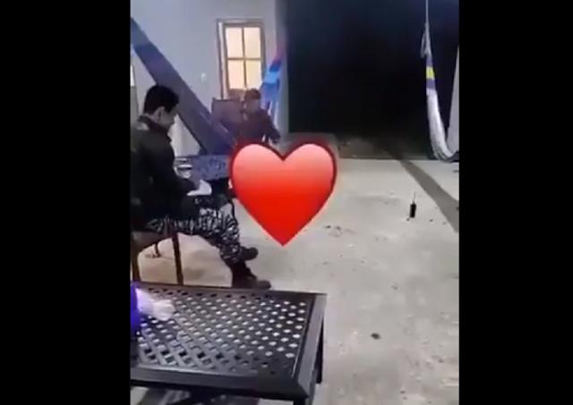 """VIDEO.- Mientras El Kalimba es buscado por Fuerzas Federales filtran grabación donde el muy relajado juega con su lugarteniente quemando """"Chispitas"""""""