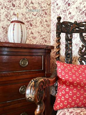 meubles anciens dans la chambre du château de riell