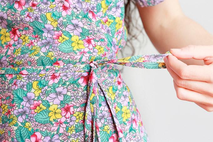 vestido-cruzado-con-lazo-en-la-cintura