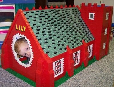 25. Miniatur rumah dari rangkaian lego