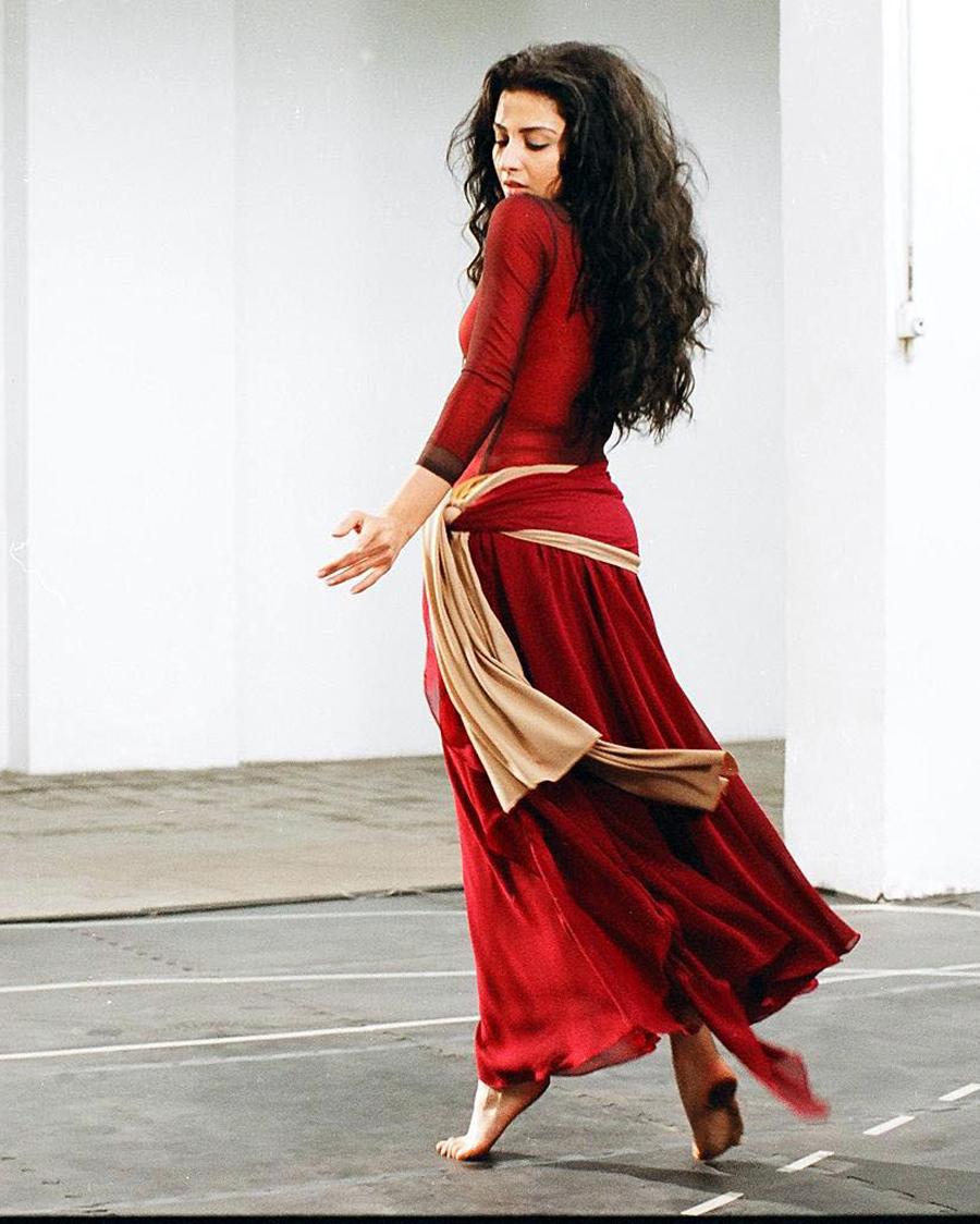 Hanan Turk artis seksi pakai gaun merah dan manis