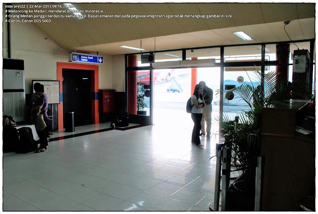 gambar kamar kecil di pusat pemeriksaan imigresen di lapangan terbang Medan di Indonesia.