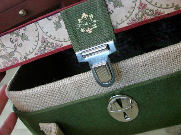 detalle-del-cierre-maleta-de-cartón-flor-de-diys