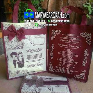 undangan pernikahan unik bentuk tas motif batik marun