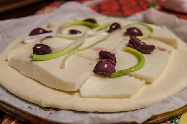 Schiacciata catanese tuma prosciutto cipollina ed olive