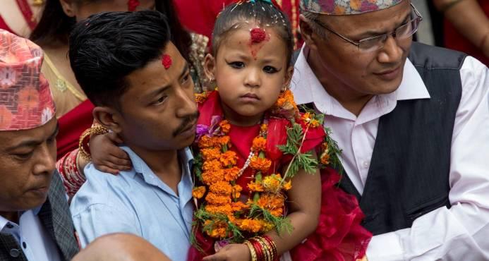 La controversial tradición de las niñas diosas de la India