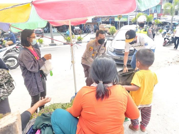 Jumat Berkah, IMI Korwil Dumai dan Polres Bagikan Makanan ke PKL