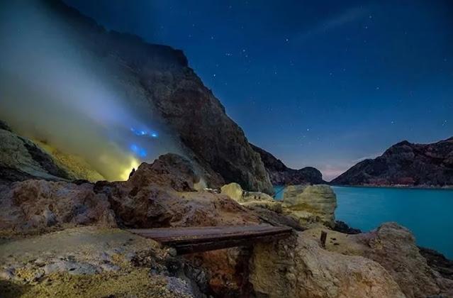 blue fire ijen crater