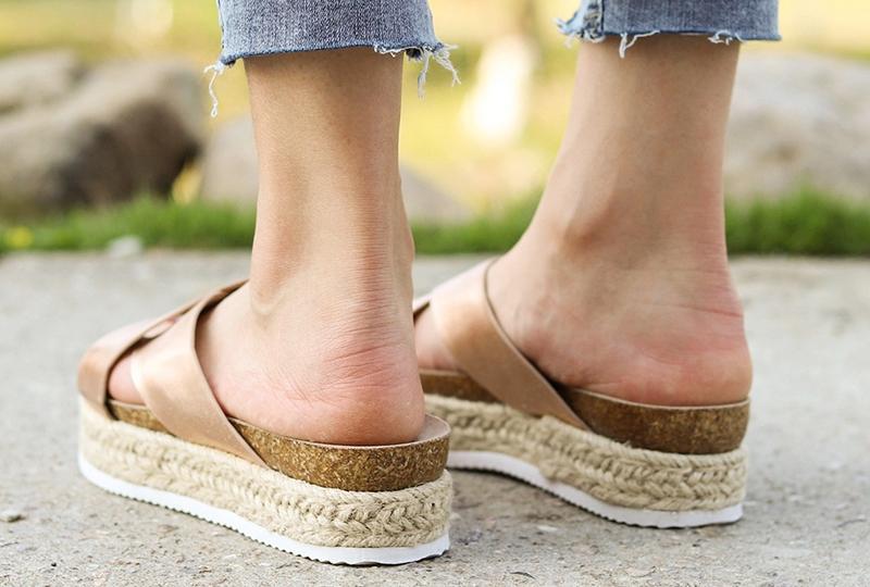 Yazın giyilen sert tabanlı terlik ve sandaletler nasır sebebi