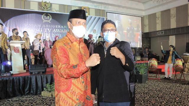 Komjen Boy Rafli bersama Wako Padang Hendri Septa saat menghadiri Malam Anugerah Padang Tv Award 2021. (Dok. Istimewa)