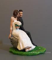 i migliori cake topper fatti a mano statuette personalizzate sposi seduti anniversario orme magiche