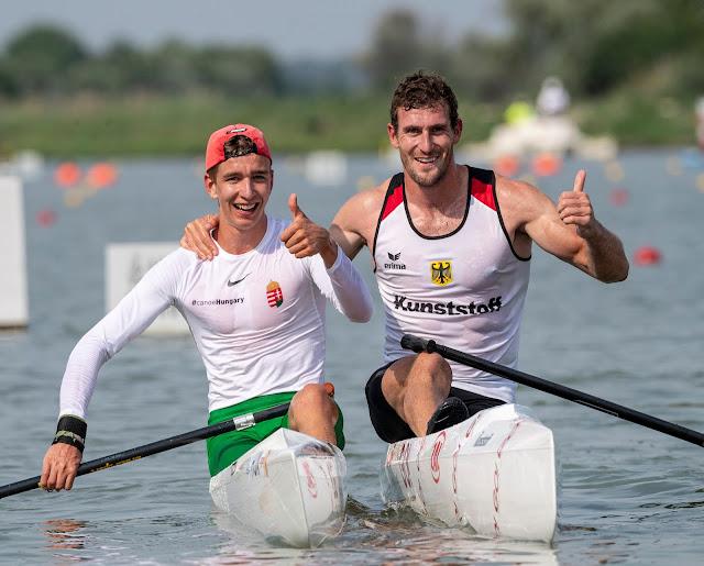 Balázs Adolf e Sebastian Brendel fazem joinha e sorriem em barcos