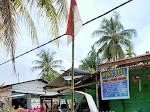 Menyambut HUT RI ke - 75 Bhabinkamtibmas Mengajak Warga Binaanya Memasang Bendera Merah Putih