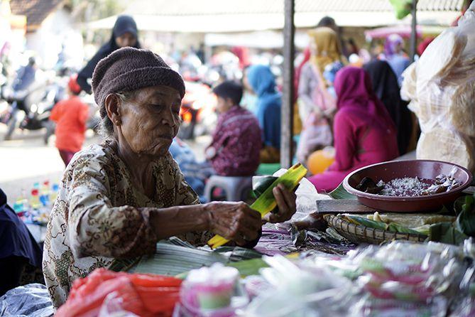 Mbah Kamsah menjual Gethuk Kinco