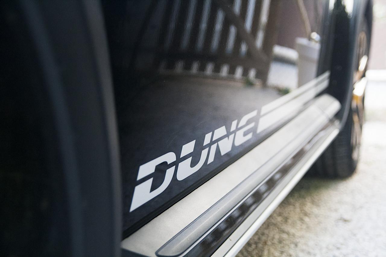 """Marquage """"Dune"""" sur la porte conducteur"""