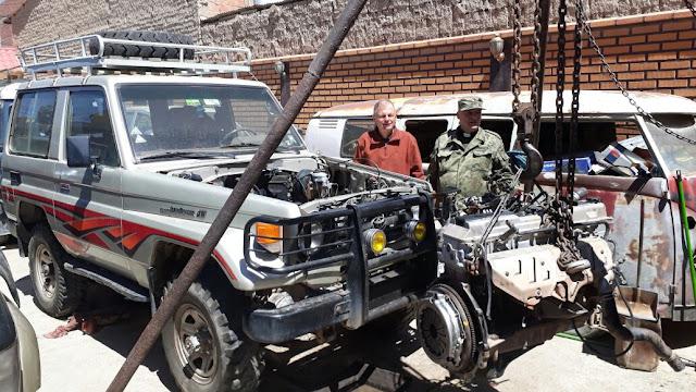 Der alte Jeep musste mal wieder generalüberholt werden. Er läuft nun wieder recht ordentlich. Neben mir unser Militärpfarrer Casimiro, der auch unter cp4xb/3 als Funkamateur sehr bekannt ist. Casimiro hat einen sehr hohen militärischen Rang als Oberst.