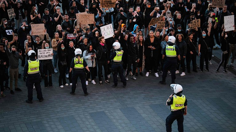 Vilniaus policija importiniams Antifa leido pažeisti karantino reikalavimus ir mušti taikius vilniečius