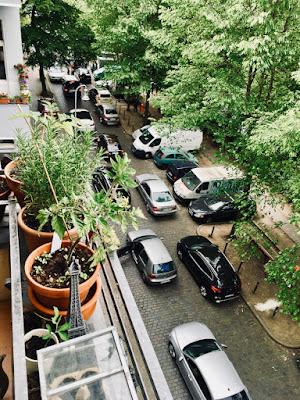Autos von oben, Balkon, Uferbäume