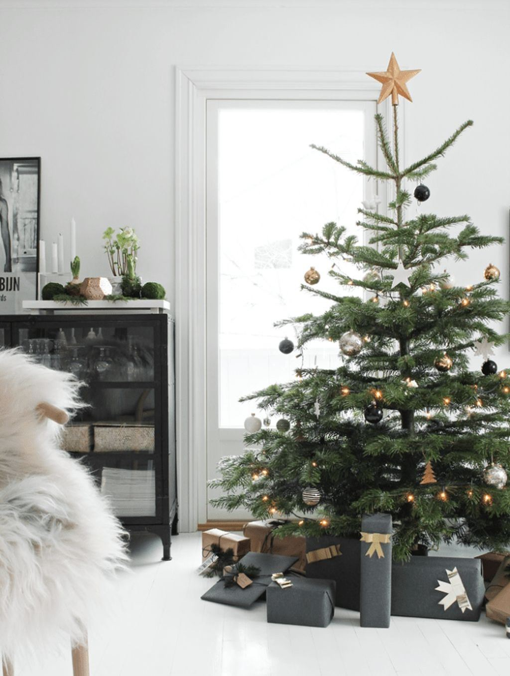 simple and trendy christmas tree decoration idea to try