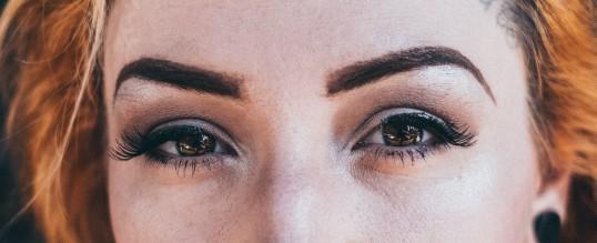 العيون الصغيرة كيفية تكبيرها بالمكياج