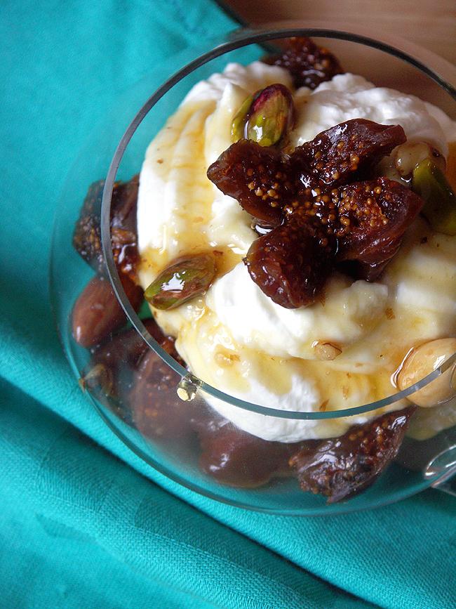 deser grecki z jogurtem i orzechami w miodzie