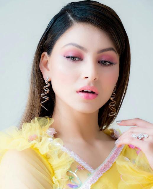 Urvashi Rautela Hot HD Wallpapers in Yellow Saree 2020