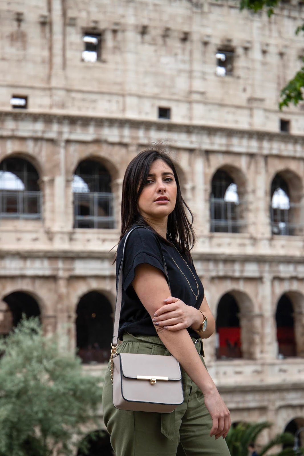 ragazza outfit colosseo