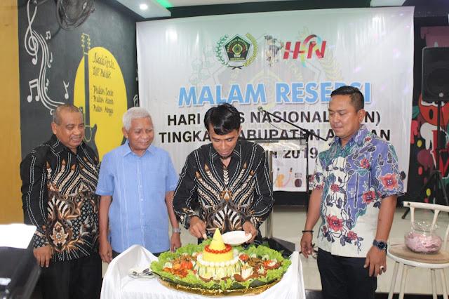 Wabup Asahan Surya, Ketua PWI Asahan Indra Sikumbang, dan Kapolres AKBP Faisal Napitupulu motong nasi tumpeng.