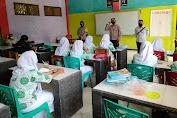 Kapolsek Menes dan Satgas Covid-19 Sidak dan Edukasi Prokes PTM di Sekolah SMK Babunajah