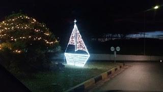 Χριστουγεννιάτικο καραβάκι στην είσοδο του Κορινού