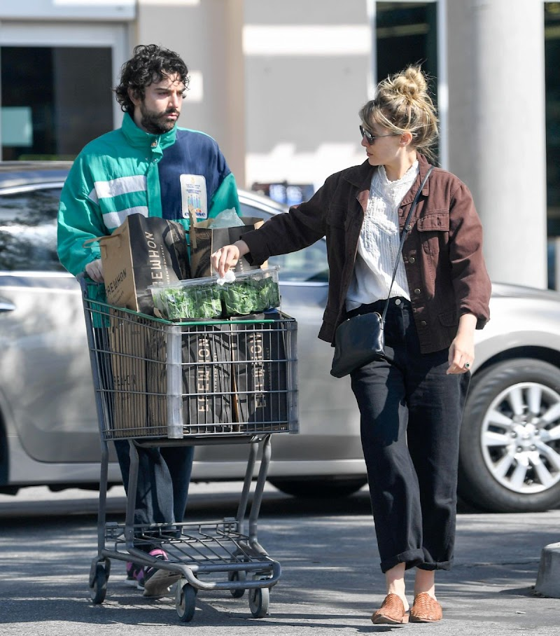 Elizabeth Olsen and Robbie Arnett Clicked at Erewhon Market in LA 30 Mar -2020