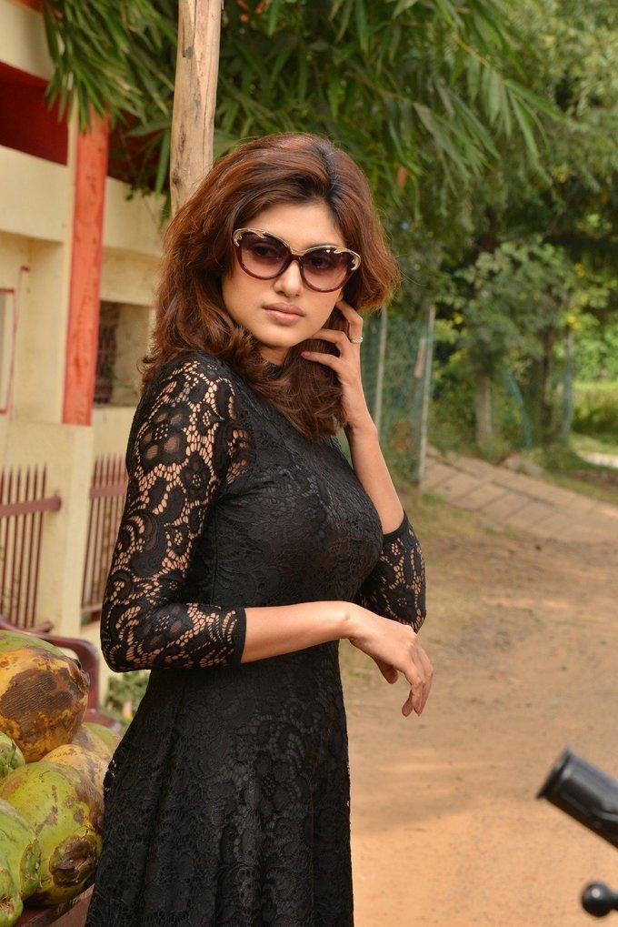 Oviya Helen Oviyavai Vitta Yaru Movie Stills