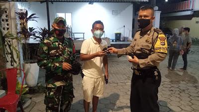 Polsek Serang Bagikan Masker