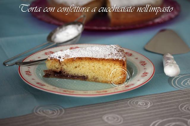 torta_con_cucchiaiate_di_confettura_nellimpasto