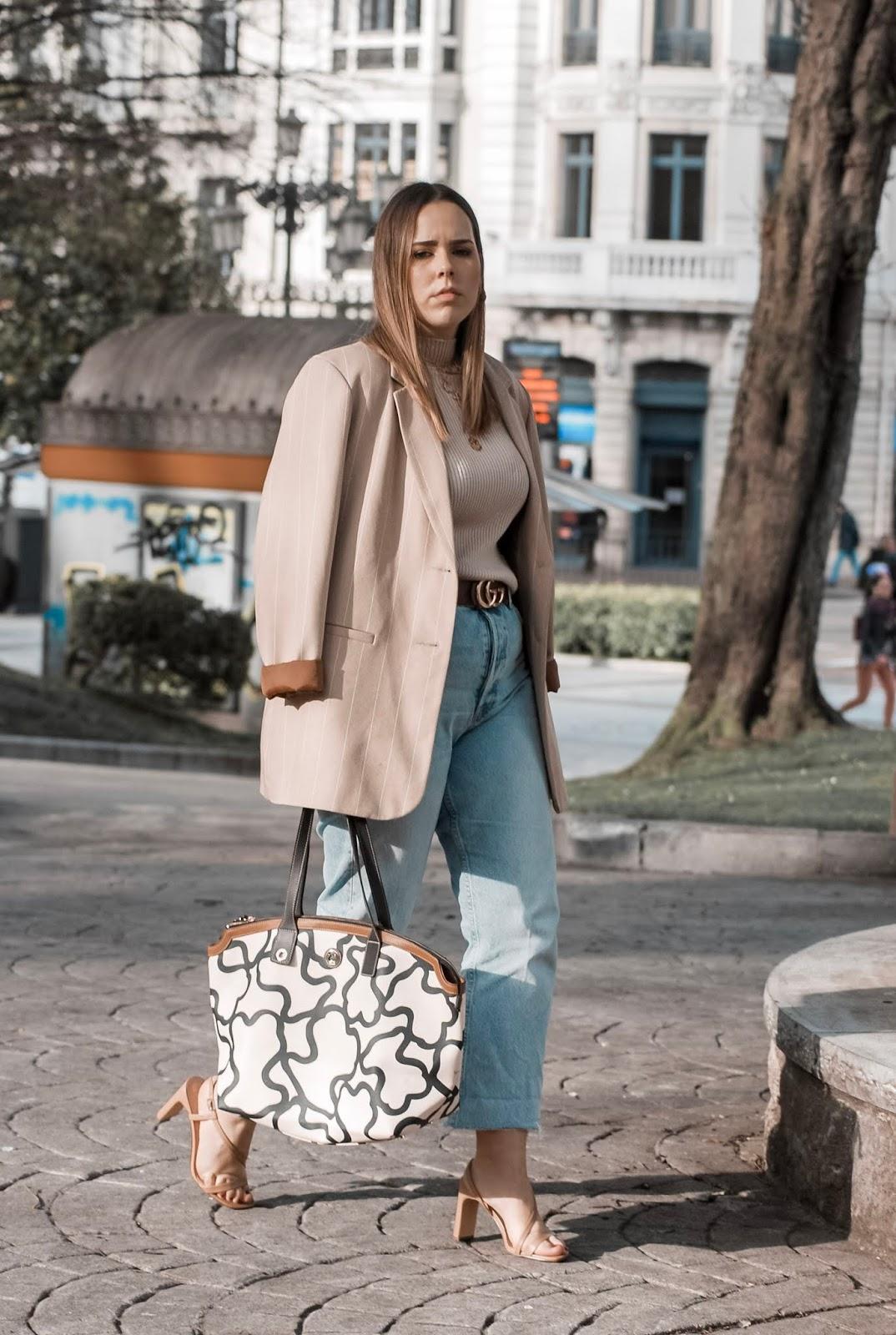 Outfit con blazer oversize en tonos tarrones