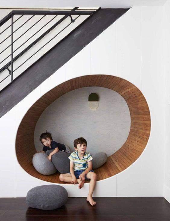 tận dụng gầm cầu thang làm giường nghỉ ngơi cho các con