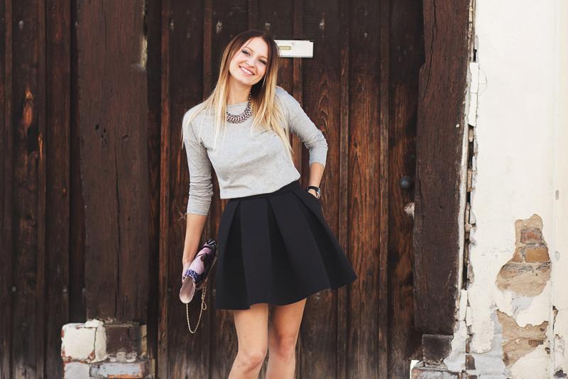 uśmiech, street fashion, szara bluzka, czarna spódnica, połączenie