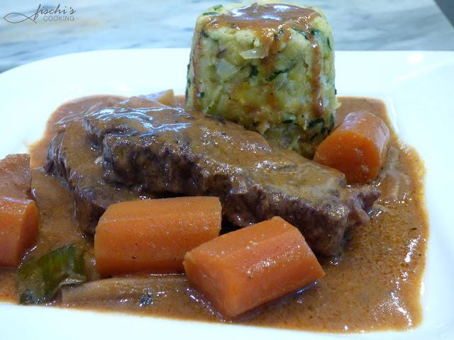 fischiscooking, geschmortes rindfleisch, rotweinsauce, gebackene knödel