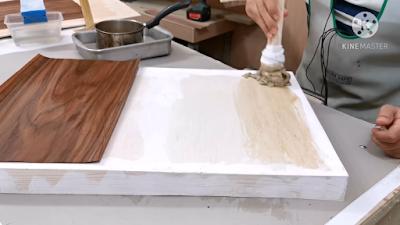 سطح قطعة خشبية مدهون بغراء الجيلاتين