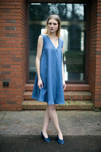 Голубое платье расклешенного силуэта для фигуры груша